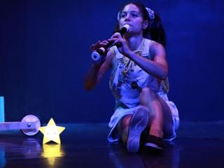 Justine Petitjean Comédienne lyonnaise jouant de la flûte alto en tant que Princesse de La Lune dans Raconte-moi une étoile de la Compagnie Pleine Louve au Rikiki Café Théâtre à Lyon