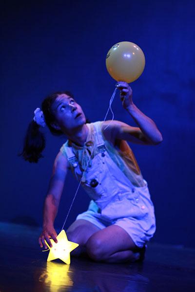 Justine Petitjean Comédienne lyonnaise en tant que Princesse de La Lune dans Raconte-moi une étoile de la Compagnie Pleine Louve au Rikiki Café Théâtre à Lyon