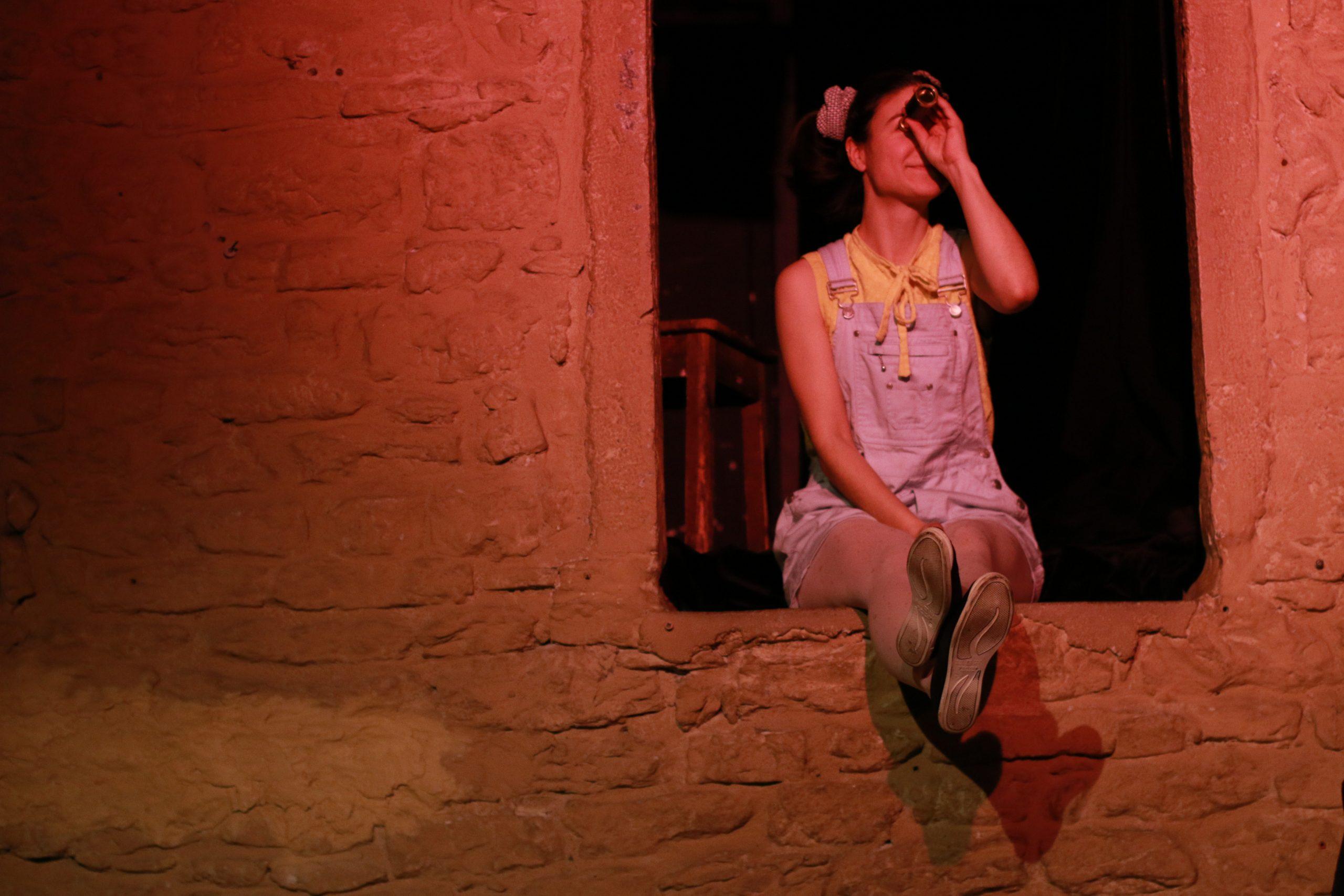 Justine Petitjean dans Raconte-moi une étoile le spectacle jeune public de la Compagnie Pleine Louve