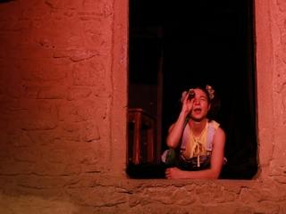 Justine Petitjean dans Raconte-moi une étoile le spectacle pour enfants de la compagnie pleine louve
