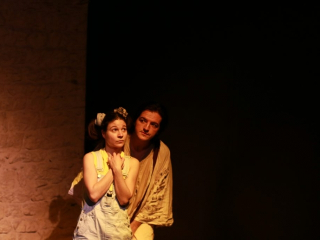 Justine Petitjean et Enzo Pirat dans Raconte-moi une étoile le spectacle pour enfants de la compagnie pleine louve