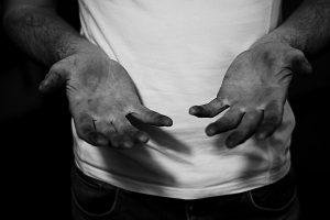 Photographie de mains par Justine Petitjean